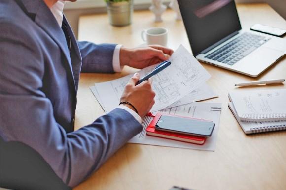 analisi fiscale e tributaria mani scrivania